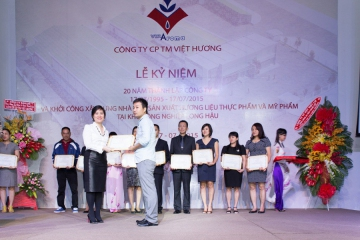 General Director Nguyen Thuy Quynh gave awards to  the excellent employees