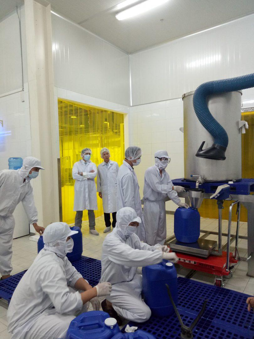 khách hàng tới thăm nhà máy Việt Hương